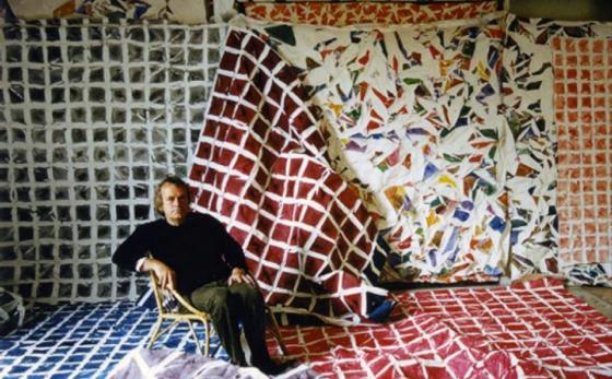 Simon Hantaï dans son atelier parisien en 1976. Photographie d'Edouard Boubat.